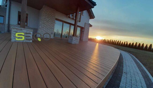 Taras w promieniach zachodzącego słońca